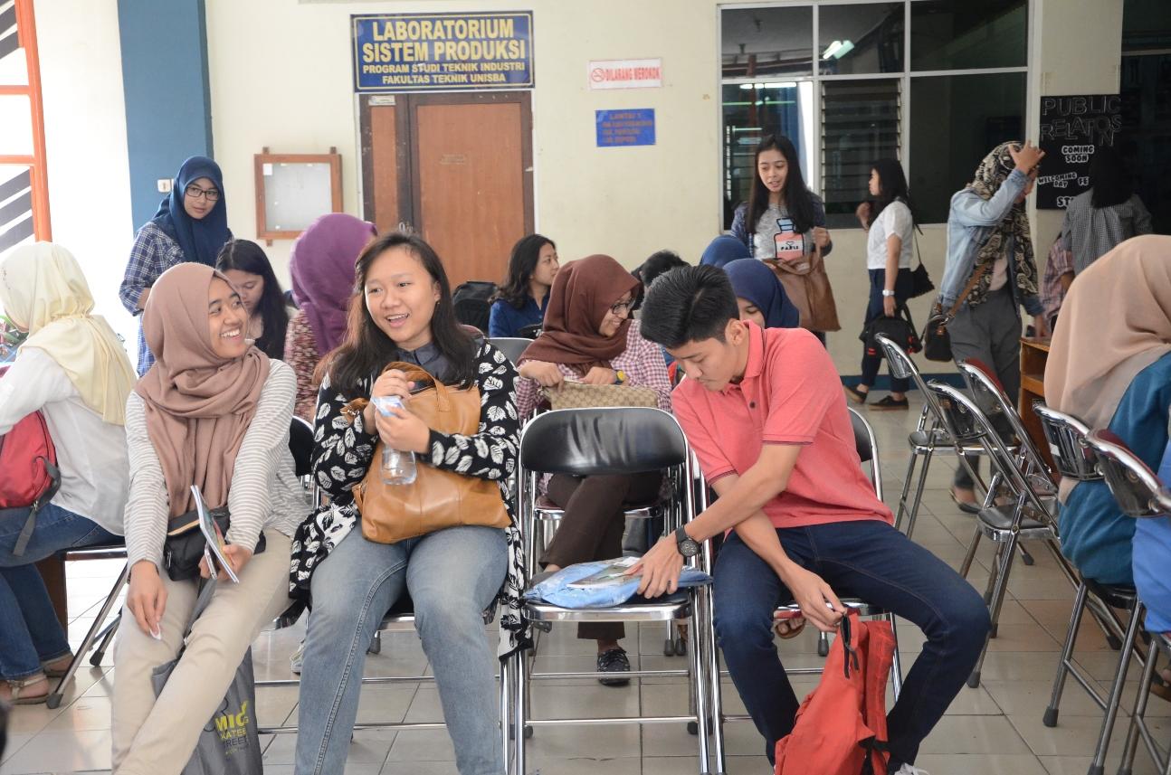 Para mahasiswa baru sedang menunggu giliran untuk mendatangi meja-meja yang telah disediakan. (Foto oleh: Fitria Ghassani)