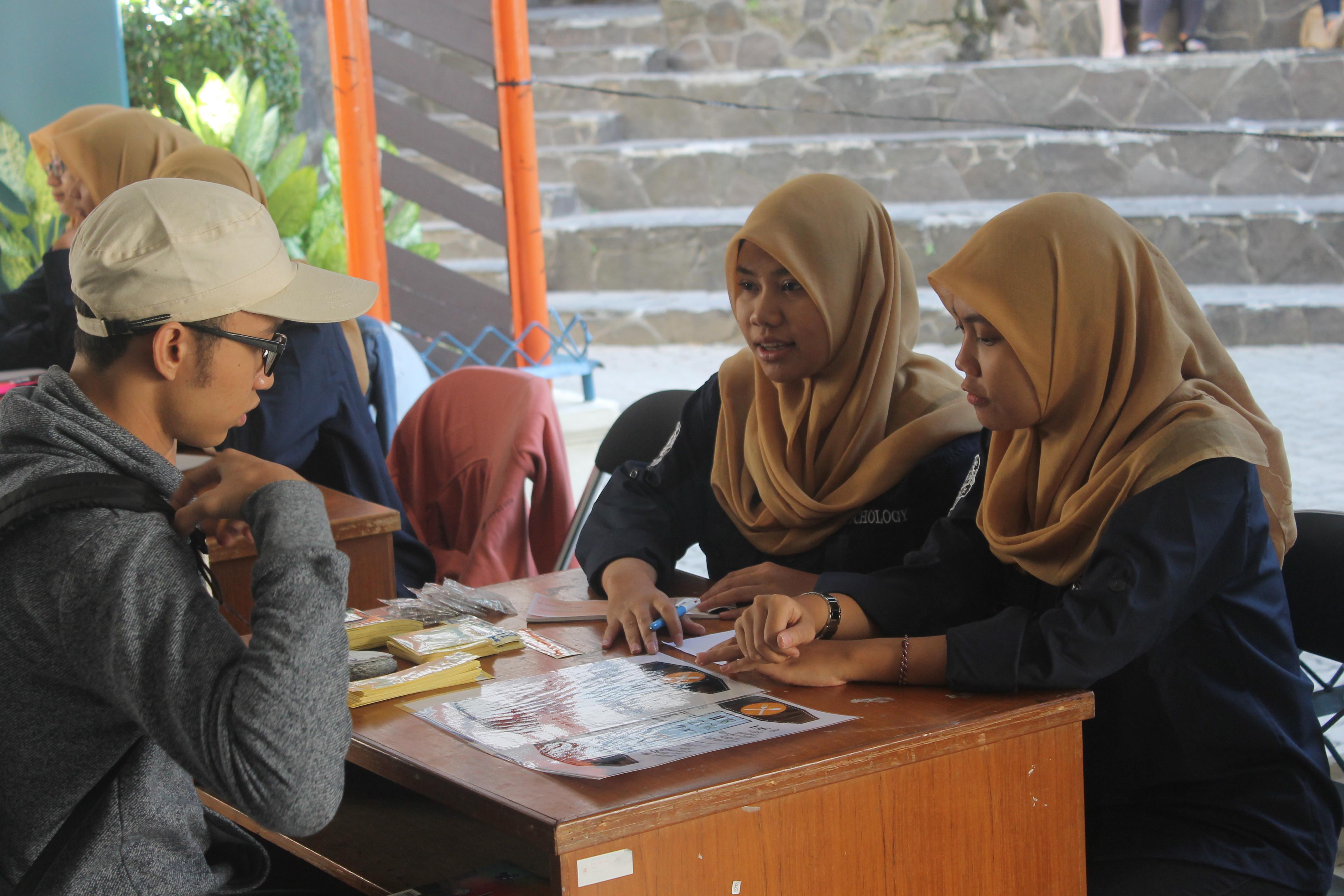 Panitia divisi danus sedang menawarkan menu makanan kepada salah satu mahasiswa baru. (Foto oleh: N. M. Razak Nugraha)