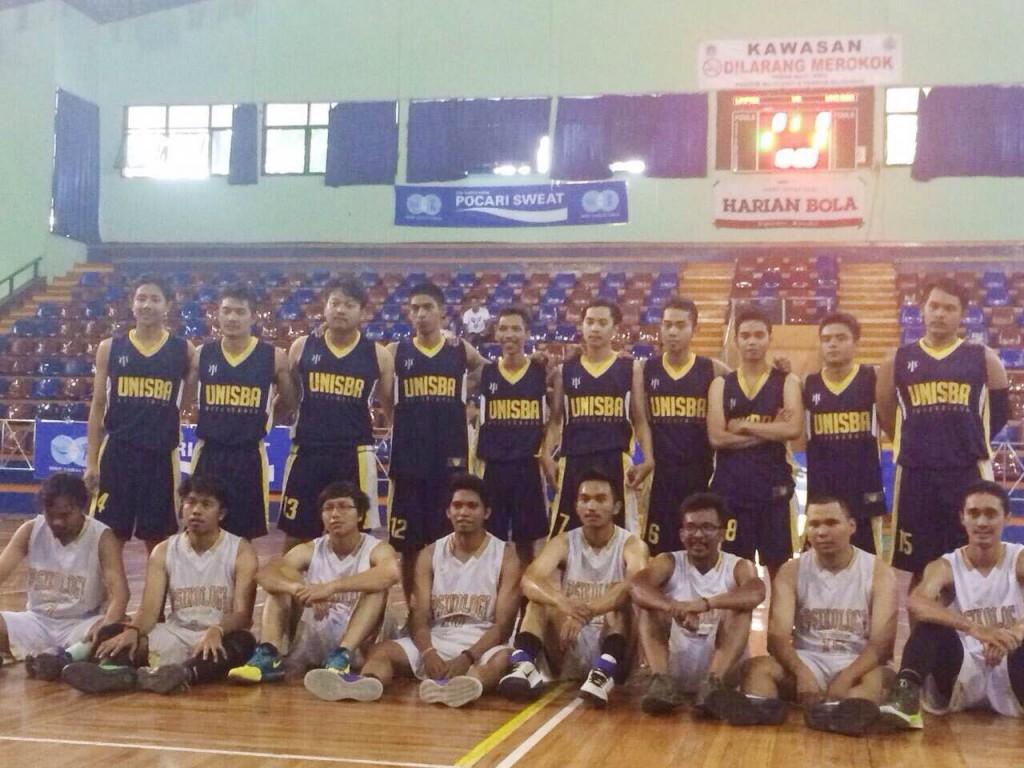 JAKARTA - Selasa, 29/09/2015, Tim basket Unisba Psychobask (atas) dengan tim basket Unpad (bawah).  (Foto oleh: Maghfira Aulia)