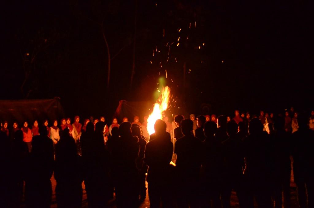 Kegiatan api unggun di ground pada hari Jumat, 20 November 2015. (Foto oleh: Fitria Ghassani)