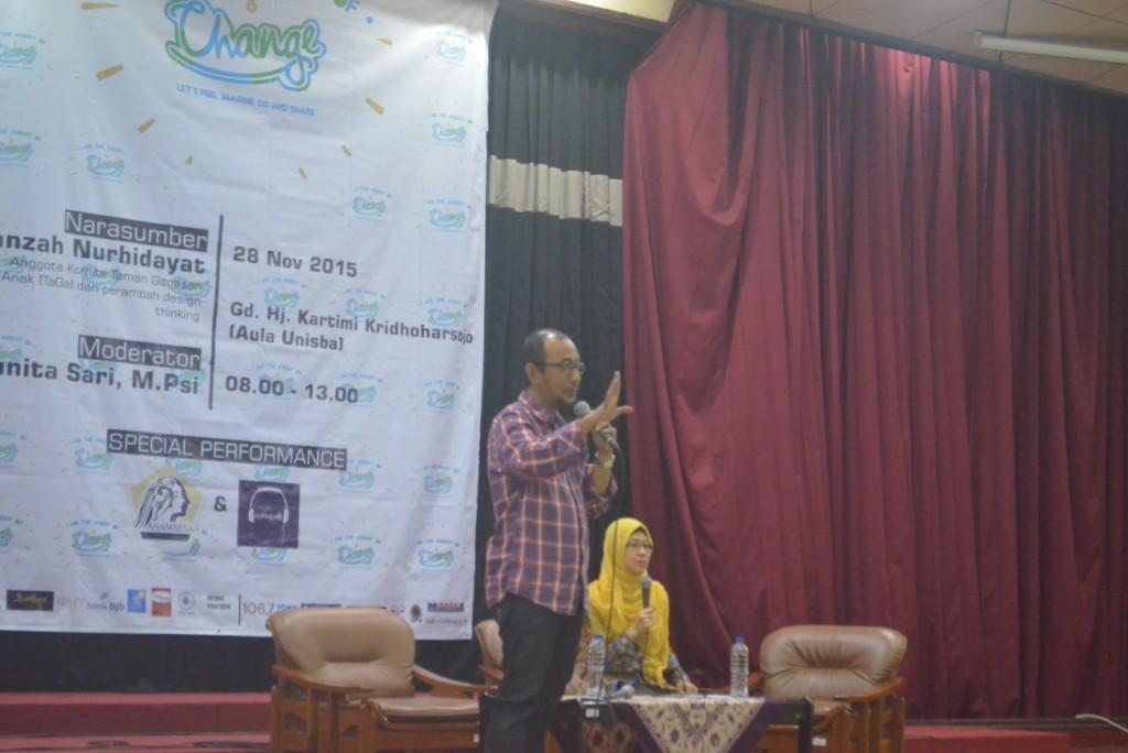 Bandung - (28/11/2015) Imanzah Nurhidayat selaku pemateri sedang menyampaikan materi design thinking.  (Foto oleh: Aisyadiva Ilmiani)