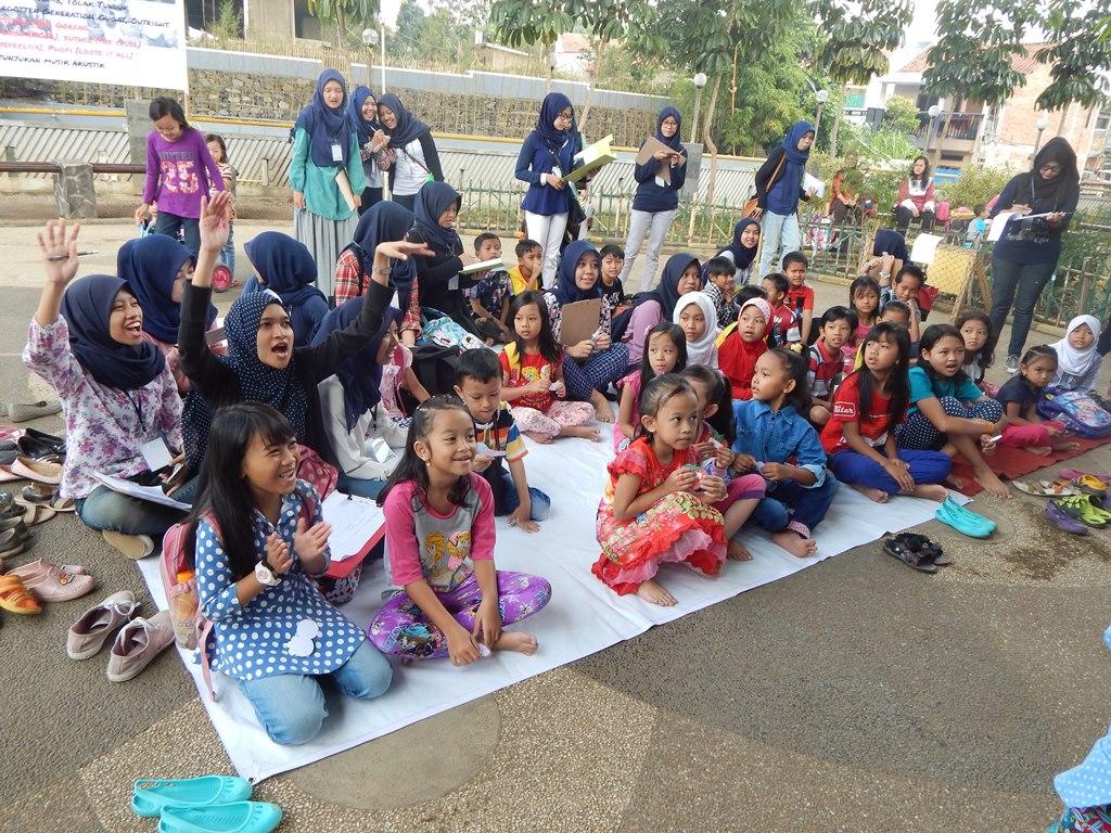 Antusias anak-anak memeriahkan kegiatan Rumah Belajar Tamansari (Foto oleh: Salika)