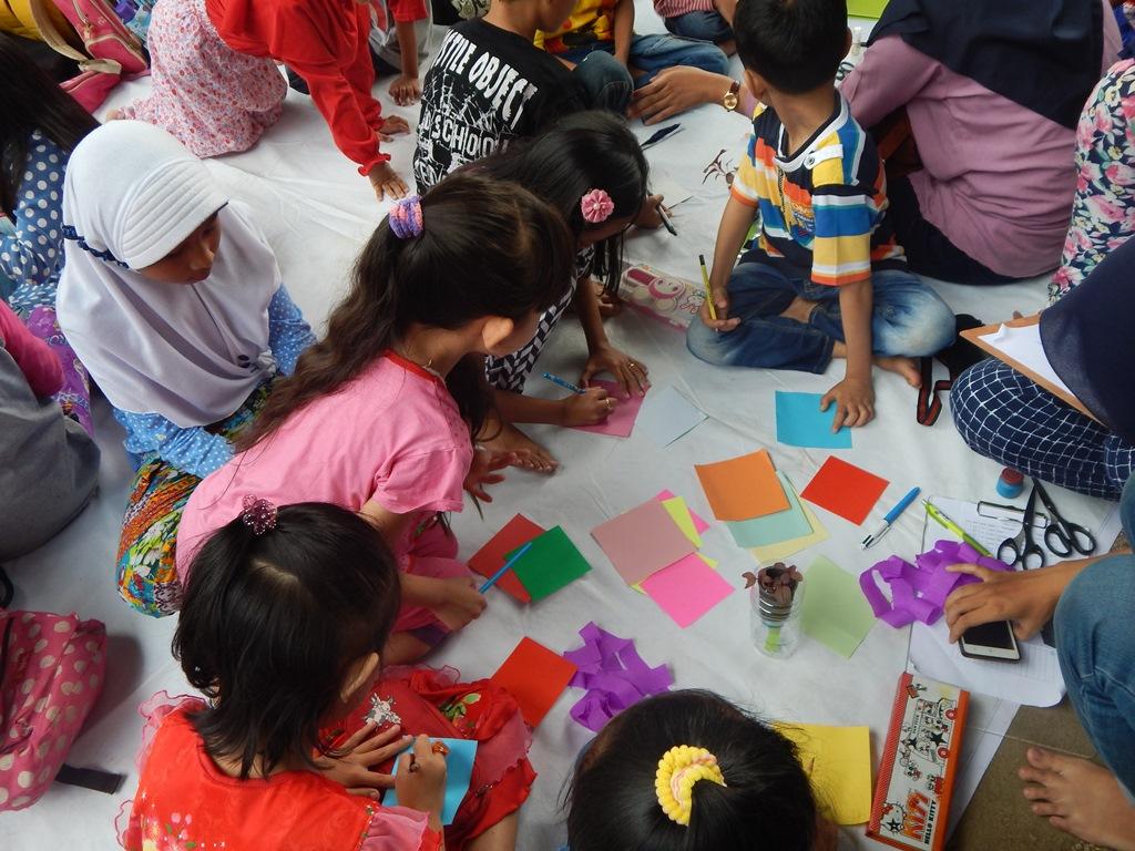 Sekelompok anak sedang bekerja sama untuk membuat karya dari barang bekas (Foto oleh: Salika)
