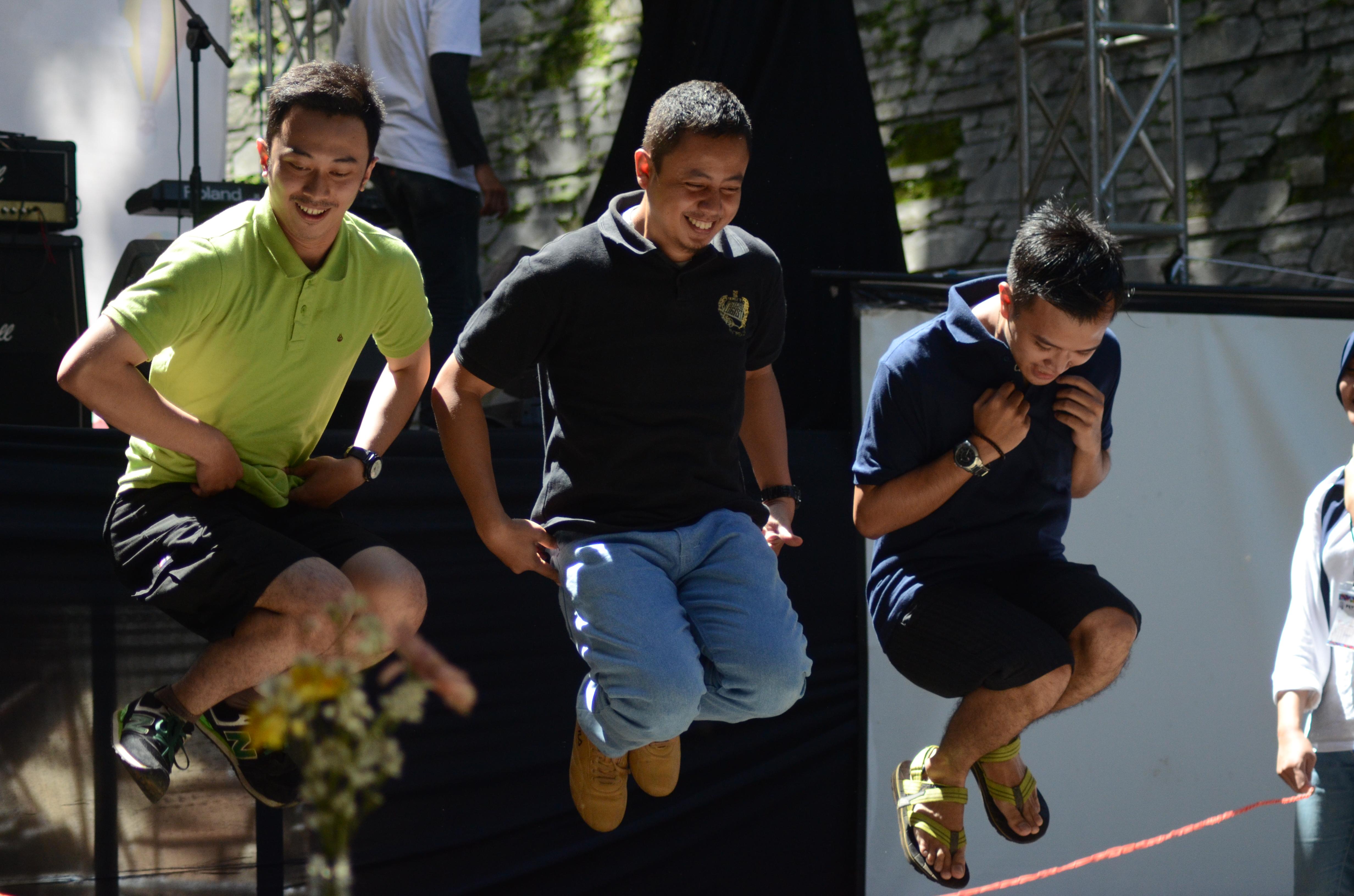 Pengunjung sedang bermain games lompat tali (Foto oleh: Alifia H)